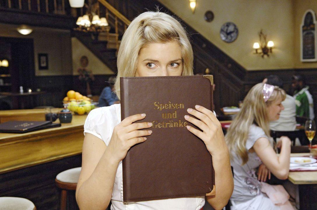 Oh Schreck! Anna (Jeanette Biedermann) möchte sich am liebsten verstecken, denn Katja kommt mit ihren neuen Kollegen von Broda & Broda ins Restauran... - Bildquelle: Claudius Pflug Sat.1