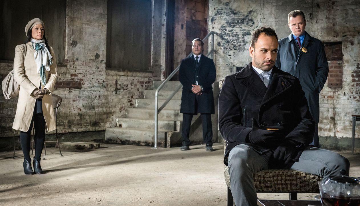 Dr. Watson (Lucy Liu, l.), Sherlock Holmes (Jonny Lee Miller, 2.v.r.) und Capt. Thomas Gregson (Aidan Quinn, r.) suchen Moriarty in ihrer Gefängnisz... - Bildquelle: CBS Television