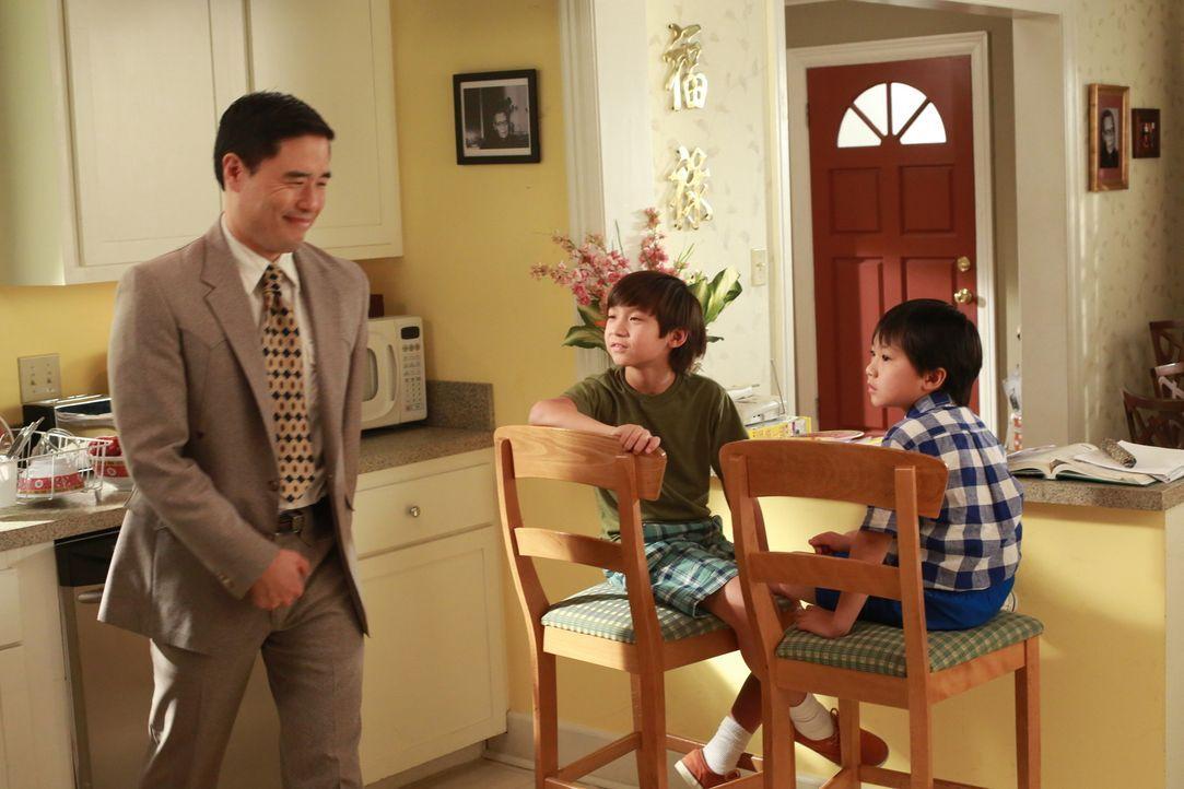 Die Kinder Emery (Forrest Wheeler, M.) und Evan (Ian Chen, r.) sind nicht begeistert, als ihre Eltern Louis (Randall Park, l.) und Jessica bei einem... - Bildquelle: 2015 American Broadcasting Companies. All rights reserved.