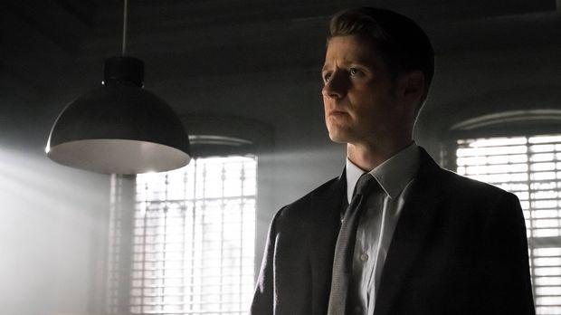 Während Falcone einen Killer auf Gordon (Ben McKenzie) ansetzt, als er erfähr...
