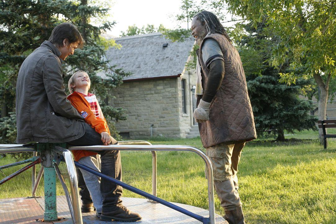 Erik Kernan Jr. (Josh Hartnett, l.) stellt seinem Sohn Teddy (Dakota Goyo, M.) den Protagonisten seiner neusten Reportage vor: Champ (Samuel L. Jack...
