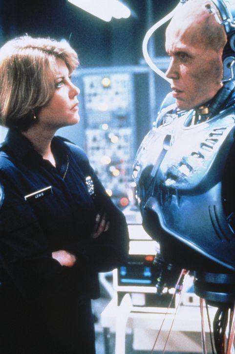 Weil er den ehrgeizigen Plänen einiger dubioser Geschäftemacher im Wege steht, erhält Polizistin Anne (Nancy Allen, l.) eine brutalere Version ihres... - Bildquelle: Orion Pictures Corp.