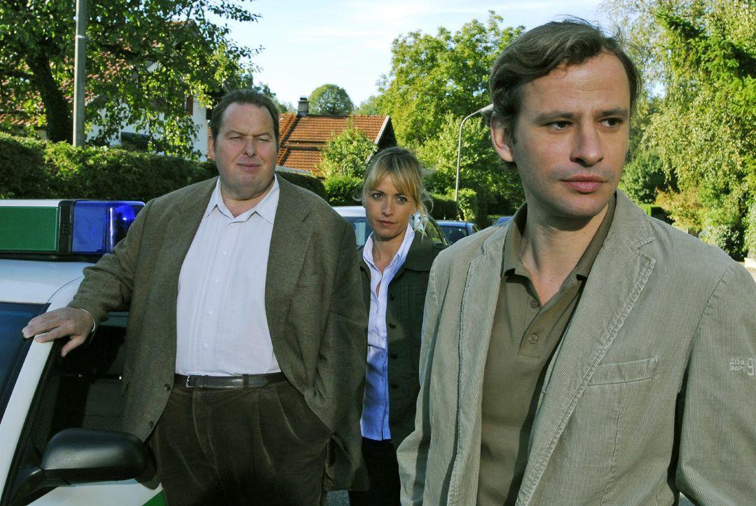 Klaus Stadler (Frank Stieren, r.) war der Lateinlehrer von Georg Ott und in der Tatnacht mit seinem Sportwagen in der Nähe des Tatorts. Gegenüber Be... - Bildquelle: Hans Seidenabel Sat.1