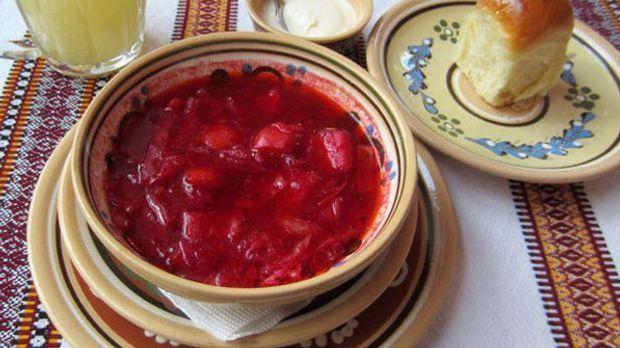 Die Rote-Bete-Suppe Borschtsch wird vor allem in Osteuropa gerne gegessen