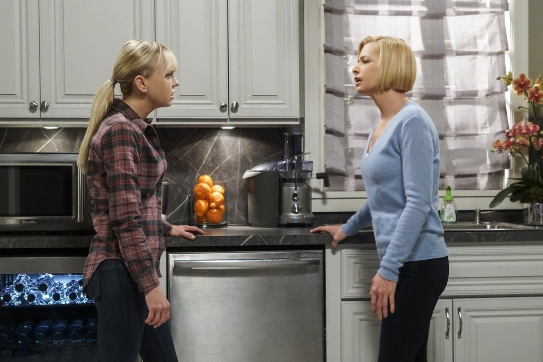 Die Aufgaben als Adoptivmutter gestalten sich als schwerer als gedacht. Jill (Jaime Pressly, r.) sucht daher Rat bei Christy (Anna Faris, l.) ... - Bildquelle: 2016 Warner Bros. Entertainment, Inc.
