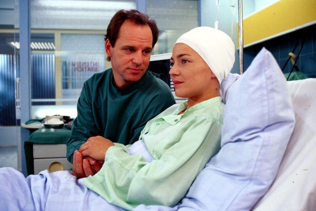 Dr. Nerlinger (Herbert Trattnigg, l.) ist glücklich über die Fortschritte, die Stephanie (Claudia Schmutzler, r.) macht. Dennoch wird sie in eine... - Bildquelle: Noreen Flynn Sat.1