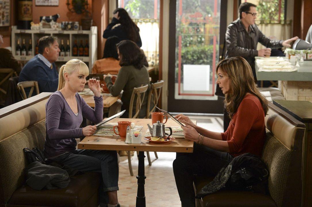 Christy (Anna Faris, l.) kann einfach nicht verstehen, was ihre Mutter Bonnie (Allison Janney, r.) an Chefkoch Rudy findet ... - Bildquelle: Warner Brothers Entertainment Inc.