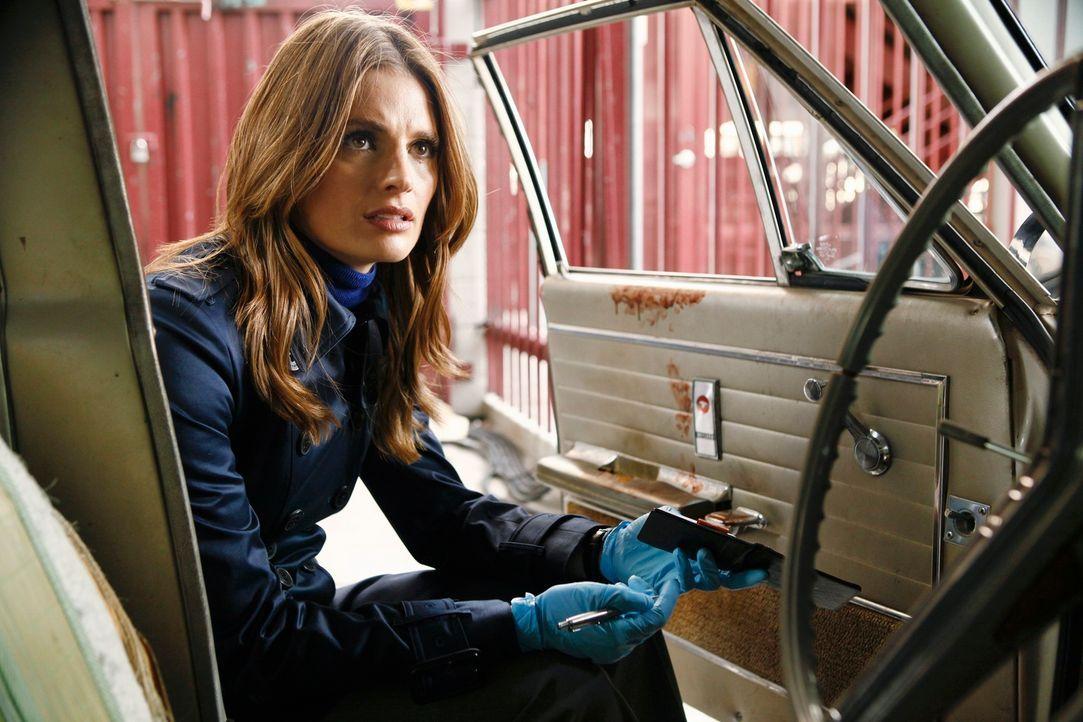 Ein Einbrecher wird ermordet aufgefunden und Kate Beckett (Stana Katic) untersucht den Wagen des Opfers. Bald stellt sich heraus, dass der Mörder ke... - Bildquelle: 2012 American Broadcasting Companies, Inc. All rights reserved.