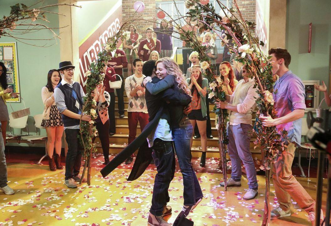 Während Malik (Maestro Harrell, vorne l.) eine ganz besondere Überraschung für seine Lisa (Allie Grant, vorne r.) hat, trennt sich George von einer... - Bildquelle: Warner Brothers
