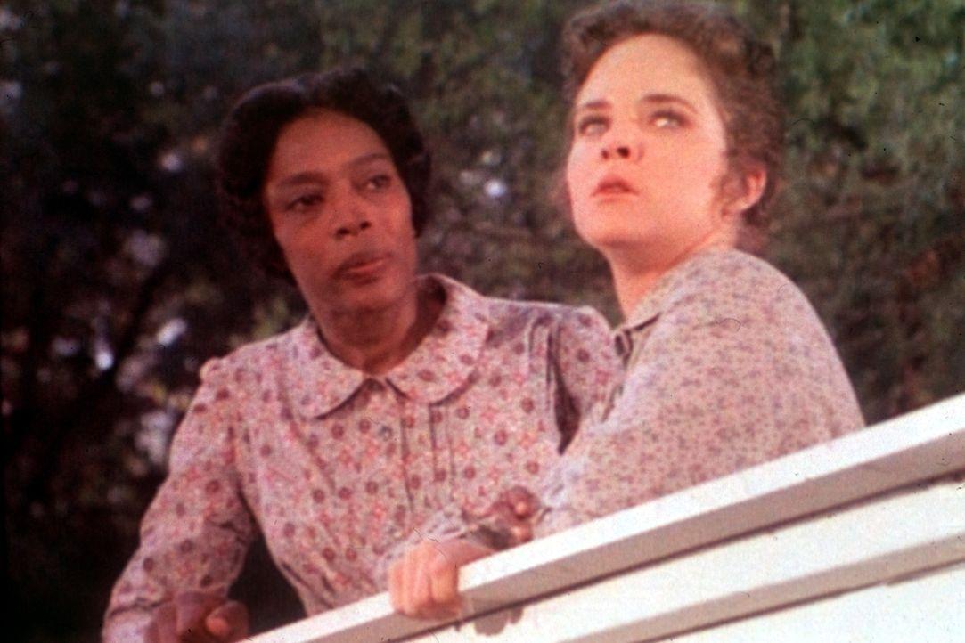 Hester Sue (Ketty Lester, l.) versucht, Mary (Melissa Sue Anderson, r.) über die Abwesenheit ihres Mannes hinwegzutrösten. - Bildquelle: Worldvision