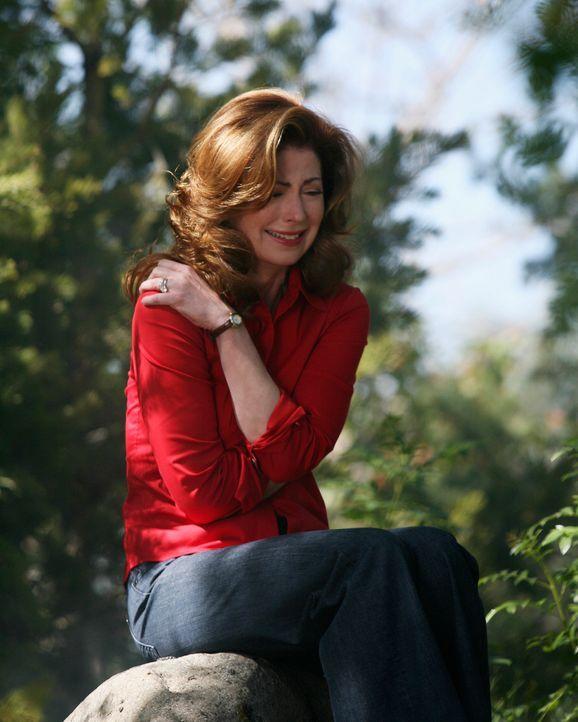 In einem kleinen Waldstück, wo sich ein auf dem Boden markiertes Kreuz befindet, erinnert sich Katherine (Dana Delany) wehmütig an ein dunkles Gehei... - Bildquelle: ABC Studios
