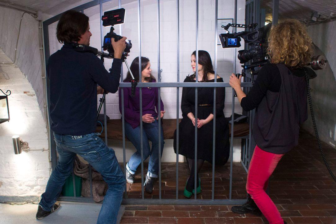 Zwischen Fesselvorrichtungen, niedrigen Käfigen und dem berühmt-berüchtigten Strafbock empfängt Paula (2.v.r.) ihren heutigen Gast Lydia (2.v.l.). D... - Bildquelle: Richard Hübner sixx