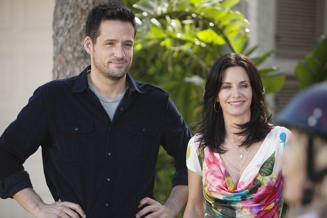 Während Andy und Ellie einen großen Streit haben, entbrennt zwischen Jules (Courteney Cox, r.) und Grayson (Josh Hopkins, l.) eine Diskussion übe... - Bildquelle: 2009 ABC INC.