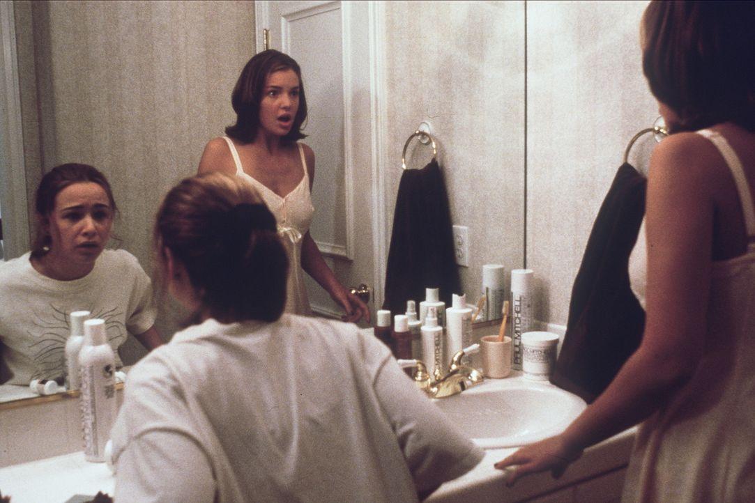 Eines Morgens wachen die beiden Schwestern auf und müssen feststellen, dass in Hayleys (Danielle Harris, l.) Körper Alexias Geist steckt, in Alexi... - Bildquelle: Leucadia Film Corporation