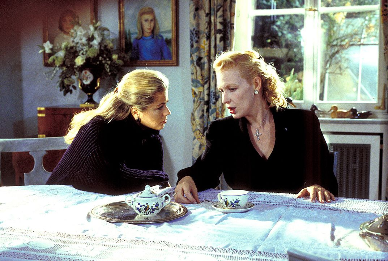 Laura (Diana Frank, l.) ahnt, dass Connie Decker (Sunnyi Melles, r.) irgend etwas zu verbergen hat ... - Bildquelle: Magdalena Mate ProSieben