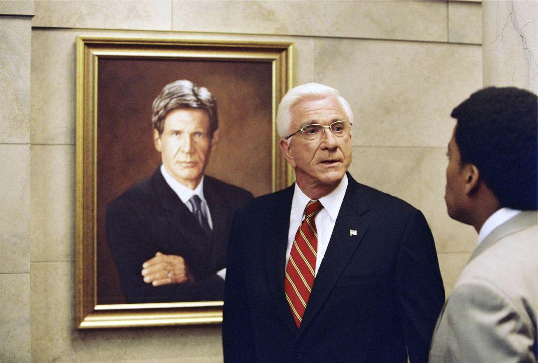 """Ist US-Präsident Harris (Leslie Nielsen, l.) in Gefahr? Nach den mysteriösen Meldungen herrscht im Weißen Haus """"Alarmstufe Rot""""! - Bildquelle: Miramax Films"""