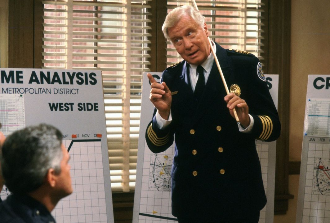 Unterricht der besonderen Art: Commandant Lassard (George Gaynes) von der chaotischen Police Academy ... - Bildquelle: Warner Brothers International