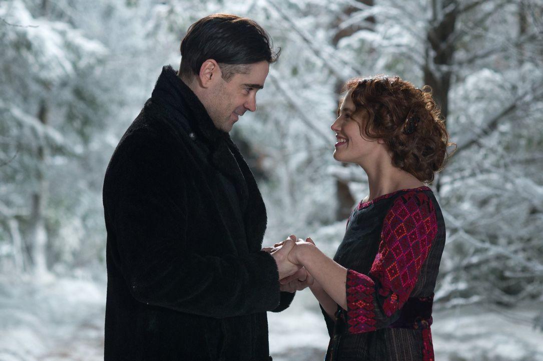 Erleben die Unsterblichkeit der Liebe: Beverly Penn (Jessica Brown-Findlay, r.) und Peter Lake (Colin Farrell, l.) ... - Bildquelle: Warner Brothers