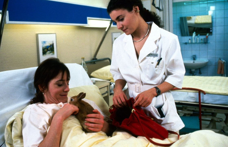 Frau Dauss (Ulrike Krumbiegel, l.) ist Leiterin einer privaten Tierpension. Als sie wegen eines Schlüsselbeinbruchs ins Krankenhaus muss, kann sie... - Bildquelle: Noreen Flynn Sat.1