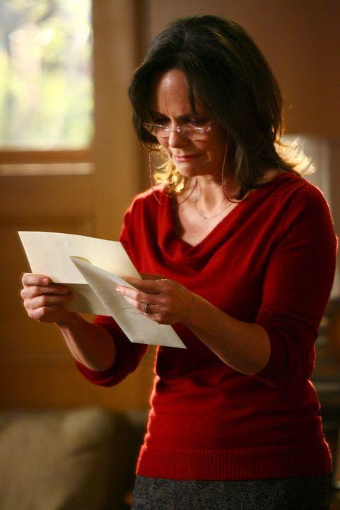 Erhält einen Brief von ihrem verstorbenen Mann: Nora (Sally Field) ... - Bildquelle: Disney - ABC International Television