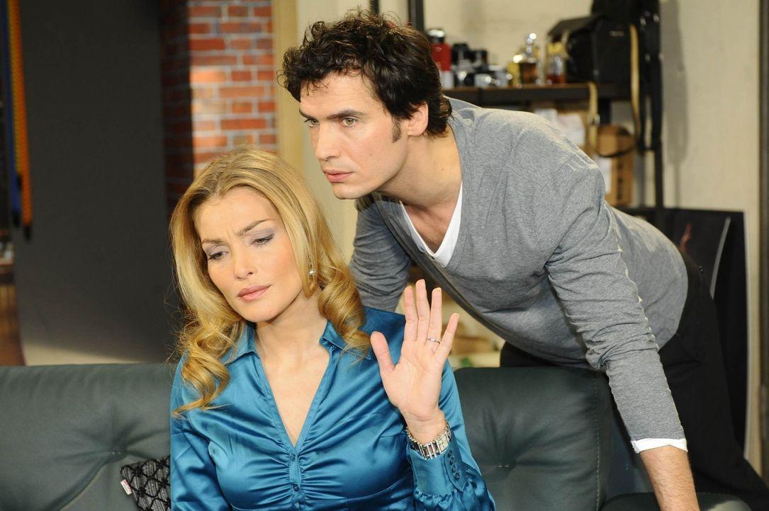 Annett (Tanja Wenzel, l.) weiß von dem Kuss zwischen Mia und Alexander (Paul Grasshoff, r.) - denn David hat ihr brühwarm davon berichtet ... - Bildquelle: SAT.1