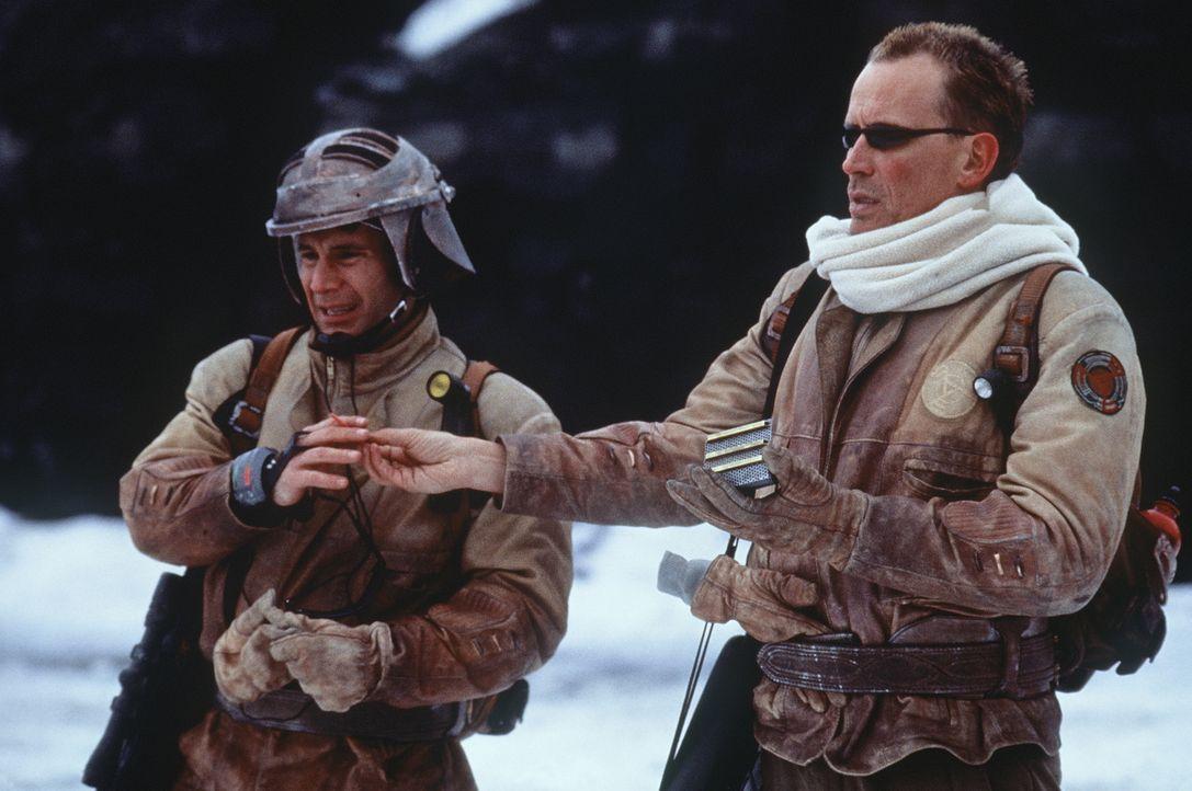 Gemeinsam mit dem jungen Scharfschützen (Andy Lauer, l.) bricht Colonel Hendricksson (Peter Weller, r.) zu Verhandlungen auf ... - Bildquelle: Columbia TriStar