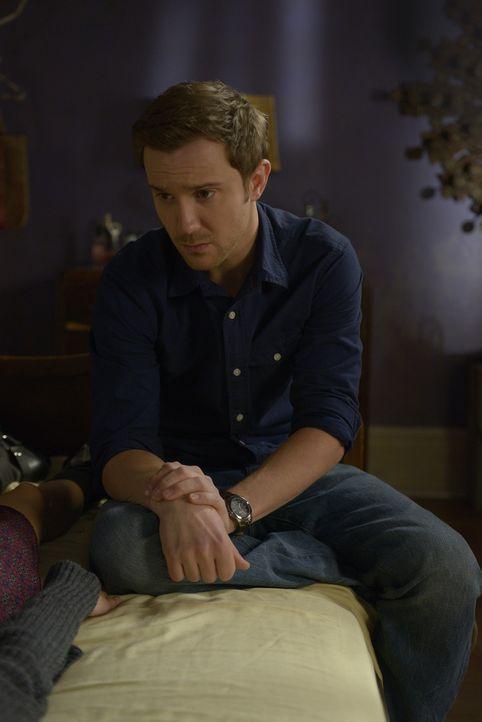 Josh (Sam Huntington) befürchtet, dass Sally seine Hochzeit mit Nora nicht mehr erleben wird ... - Bildquelle: Phillipe Bosse 2013 B.H. 2 Productions (Muse) Inc. ALL RIGHTS RESERVED.