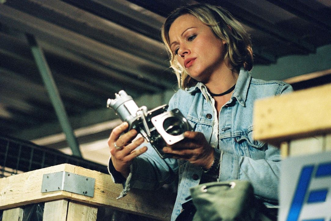 """Franziska (Jennifer Nitsch) entwendet ein gebrauchtes Flugzeugersatzteil """"Bogus Part"""" aus dem Ersatzteillager, in dem ihr Bruder gearbeitet hat, um... - Bildquelle: Bernd Spauke Sat.1"""