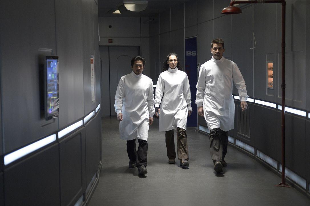Julia (Kyra Zagorsky, M.) versucht ihrer Mutter zu helfen, während Hataka (Hiroyuki Sanada, l.) und Alan (Billy Campbell, r.) den Virus und das Heil... - Bildquelle: 2014 Sony Pictures Television Inc. All Rights Reserved.