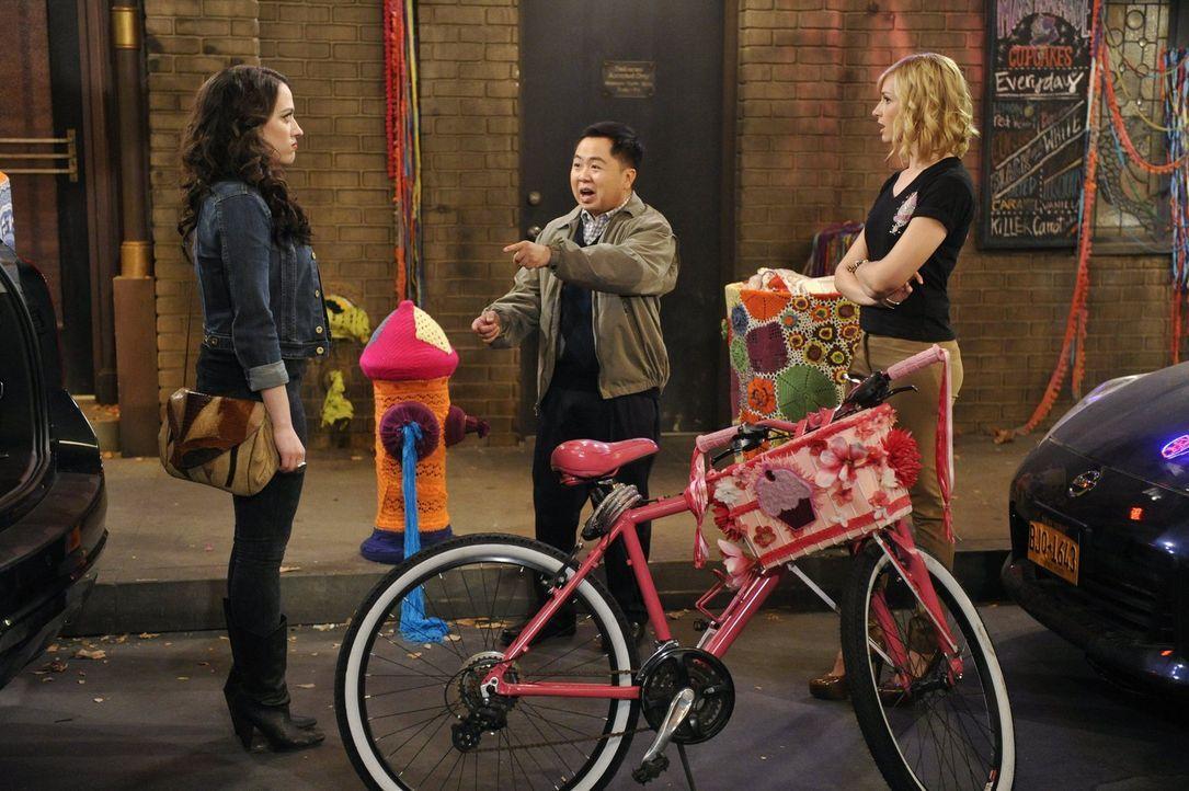 Deckt Han (Matthew Moy, M.) ein Geheimnis von Max (Kat Dennings, l.) auf, mit dem Caroline (Beth Behrs, r.) nie gerechnet hätte? - Bildquelle: Warner Bros. Television