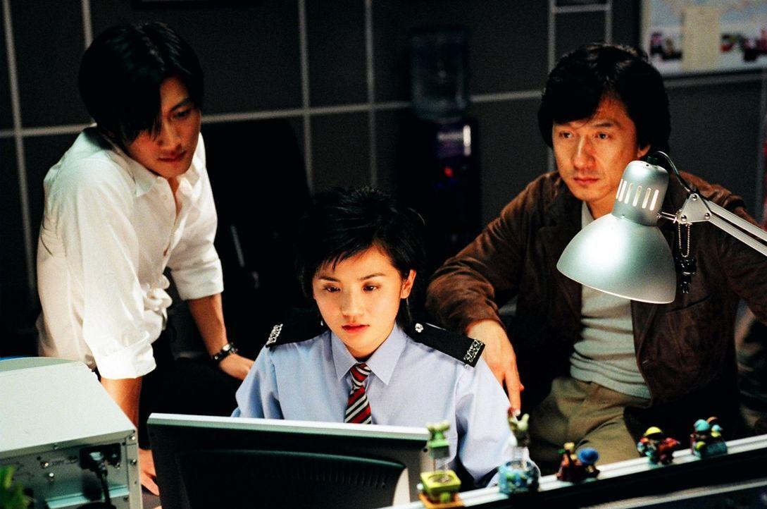 """Kämpfen gemeinsam gegen die Polizisten jagende """"Gang of Five"""": Wing (Jackie Chan, r.), Frank (Nicholas Tse, l.) und Sa Sa (Charlene Choi, M.) ... - Bildquelle: E.M.S."""