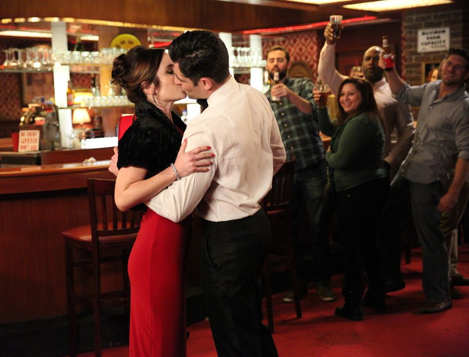 Ist es wirklich Liebe? Fawn (Zoe Lister Jones, l.) und Schmidt (Max Greenfield, r.) ... - Bildquelle: 2015 Twentieth Century Fox Film Corporation. All rights reserved.
