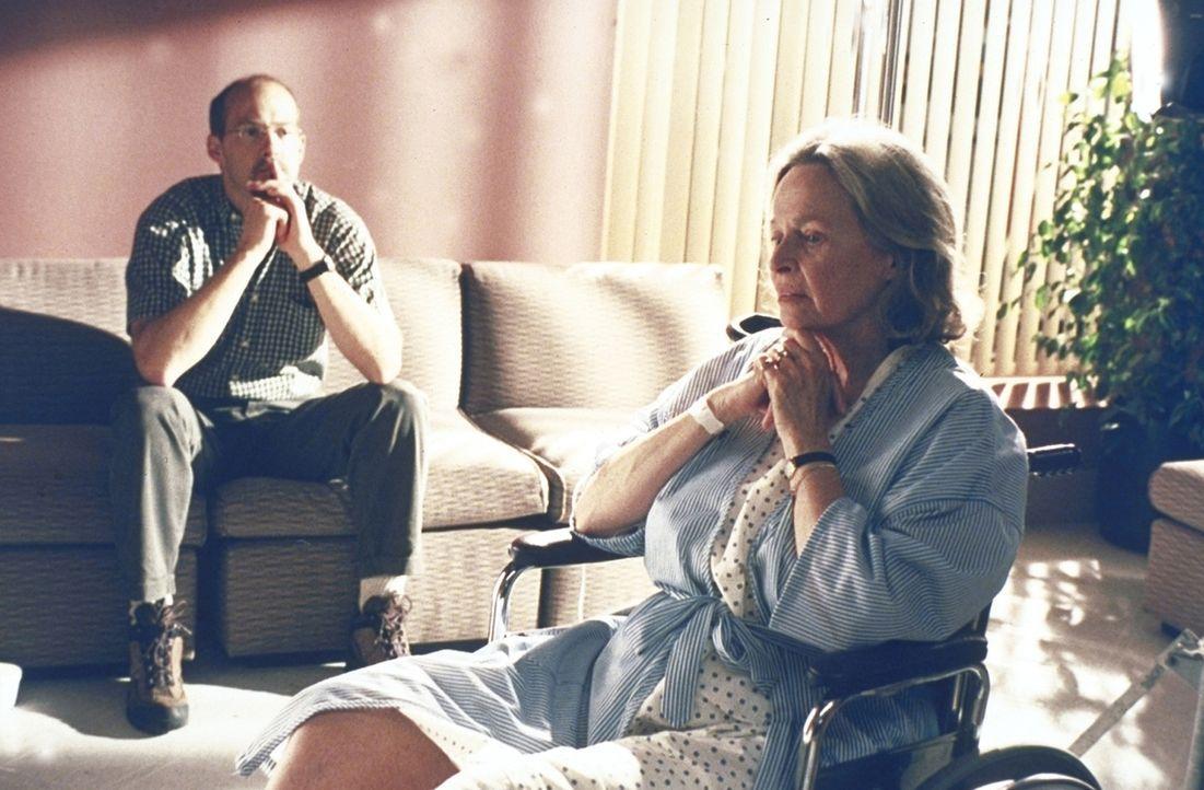 Greene (Anthony Edwards, l.) tröstet seine Mutter Ruth (Bonnie Bartlett, r.). - Bildquelle: TM+  2000 WARNER BROS.