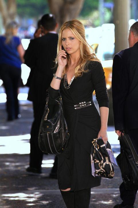 Bridget (Sarah Michelle Gellar) erhält einen Anruf auf dem Handy, das sie dem Toten abgenommen hat. Wird sie herausfinden, wer es auf sie abgesehen... - Bildquelle: 2011 THE CW NETWORK, LLC. ALL RIGHTS RESERVED
