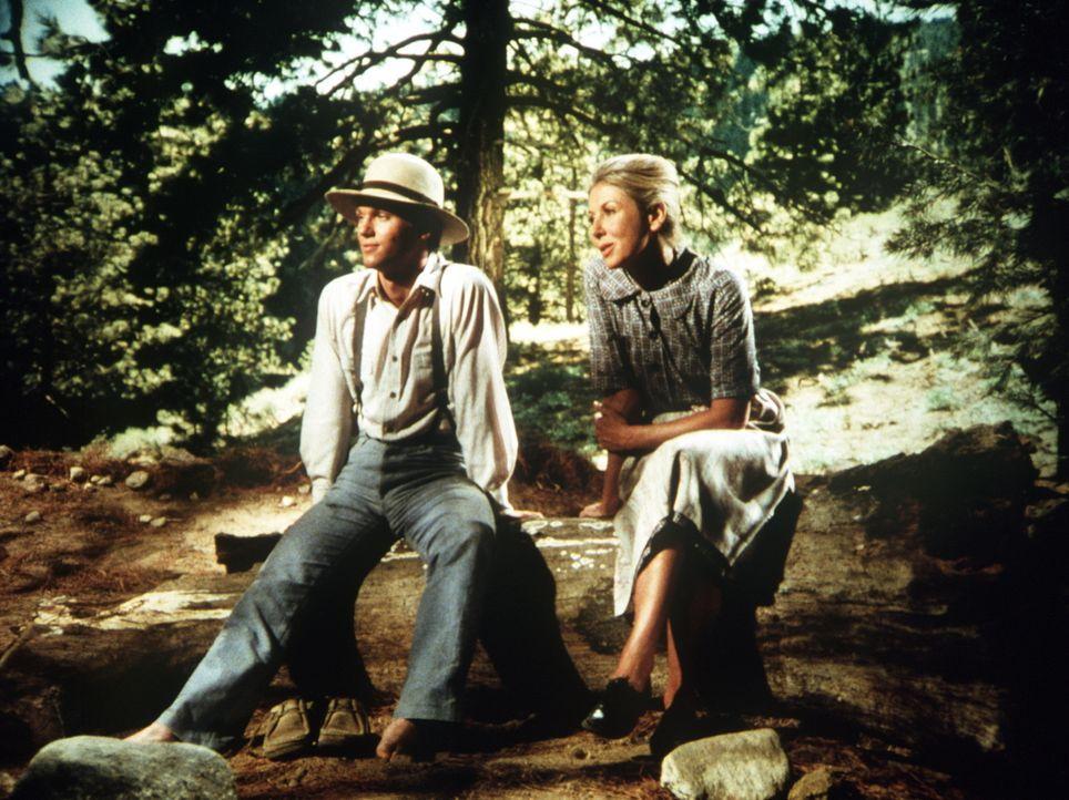 Die Lehrerin und der Pastor von Walton's Mountain sind in den Flitterwochen. John-Boy (Richard Thomas, l.) und Olivia (Michael Learned, r.) sollen w... - Bildquelle: WARNER BROS. INTERNATIONAL TELEVISION