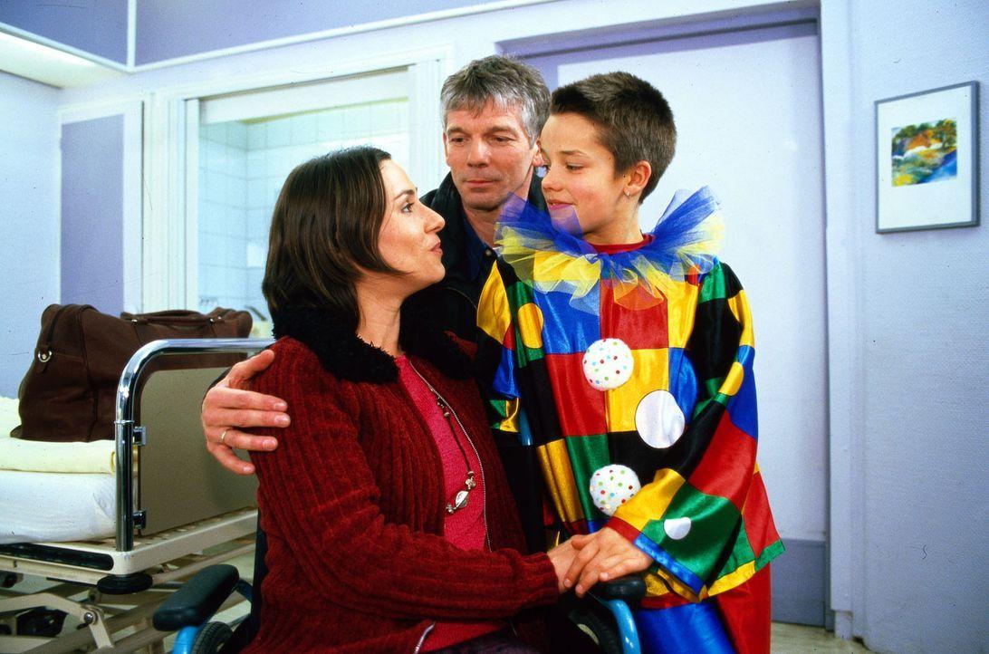 Britta Heckert (Annett Kruschke, l.) ist wegen Bauchschmerzen mit Verdacht auf Blinddarmentzündung eingeliefert worden. Sie verabschiedet sich von S... - Bildquelle: Noreen Flynn Sat.1