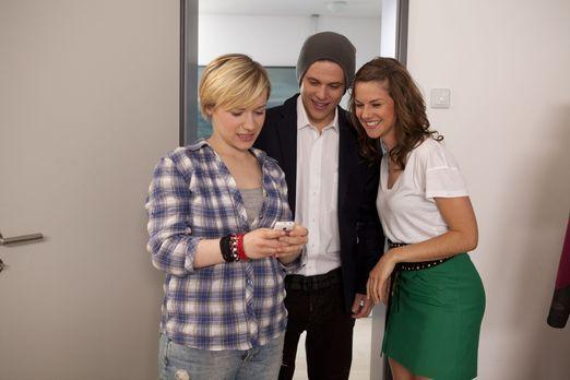 Hand aufs Herz - Emma (Kasia Borek, l.) und Jenny (Lucy Scherer, r.) haben Bo...