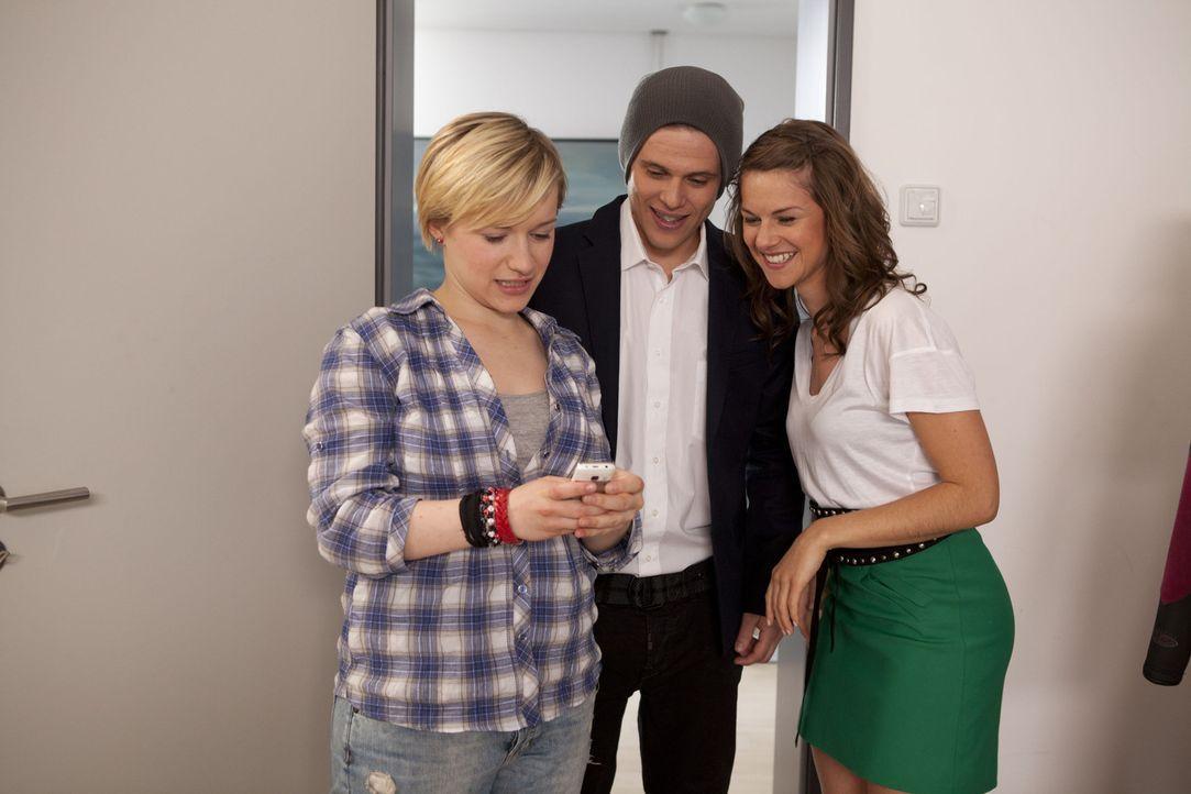 """Emma (Kasia Borek, l.) und Jenny (Lucy Scherer, r.) haben Bodo (Frank Ziegler, M.) für sein erstes Date """"gepimpt"""". Die beiden Mädchen kommen sich... - Bildquelle: SAT.1"""