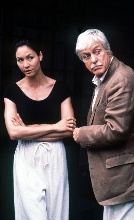 Mark (Dick Van Dyke, r.) mit seiner Tai-Chi-Lehrerin Joon-Li (Angela Harry, l.). - Bildquelle: Viacom
