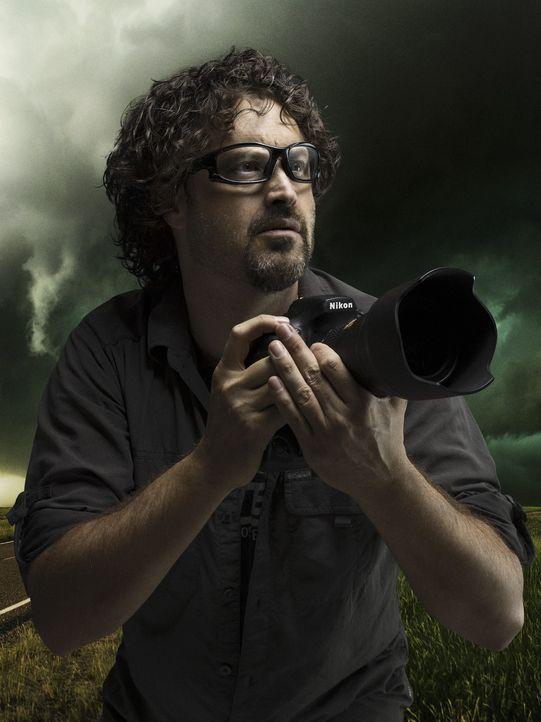 Fasziniert von den gewaltigen Tornados, reist Greg Johnson mit seinen Kollegen den Stürmen hinterher - immer auf der Suche nach dem perfekten Bild ....