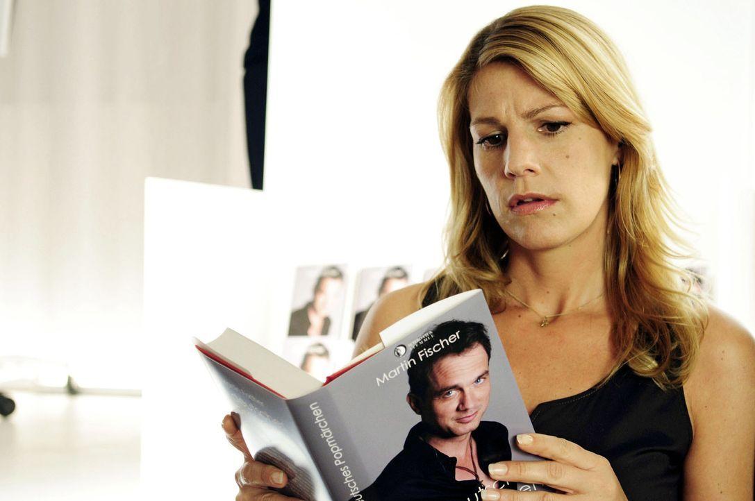 Claudia (Sophie Schütt) fällt aus allen Wolken, als sie feststellt, dass ihr Name als Autorin des Buches nicht erwähnt wird. - Bildquelle: Christiane Pausch Sat.1