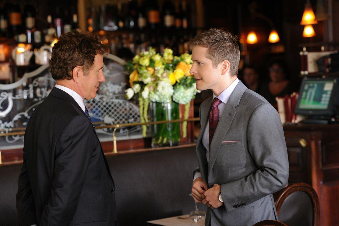 Auf einer Geschäftsreise trifft Cary (Matt Czuchry, r.) ausgerechnet seinen Vater Jeffrey (John Shea, l.) ... - Bildquelle: David M. Russell 2012 CBS Broadcasting, Inc. All Rights Reserved