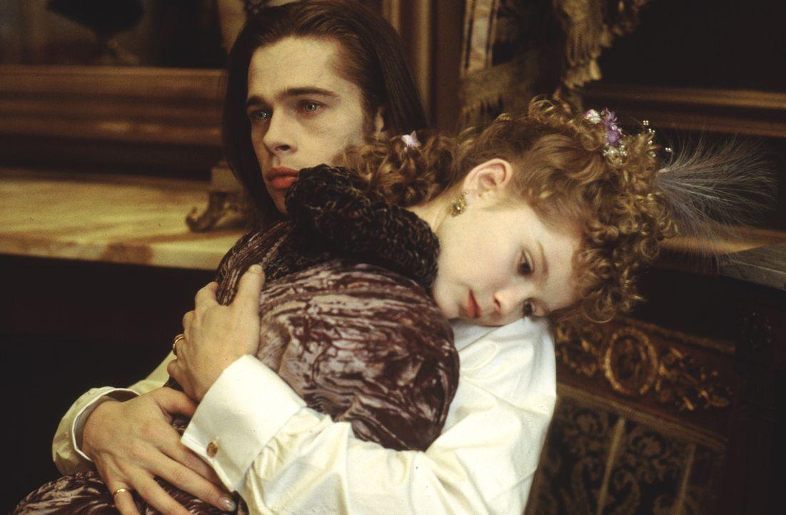 Bis er Claudia (Kirsten Dunst, r.) begegnete, konnte Louis (Brad Pitt, l.) dem Verlangen Menschenblut zu trinken, widerstehen. Doch dann übermannt i... - Bildquelle: Warner Bros.