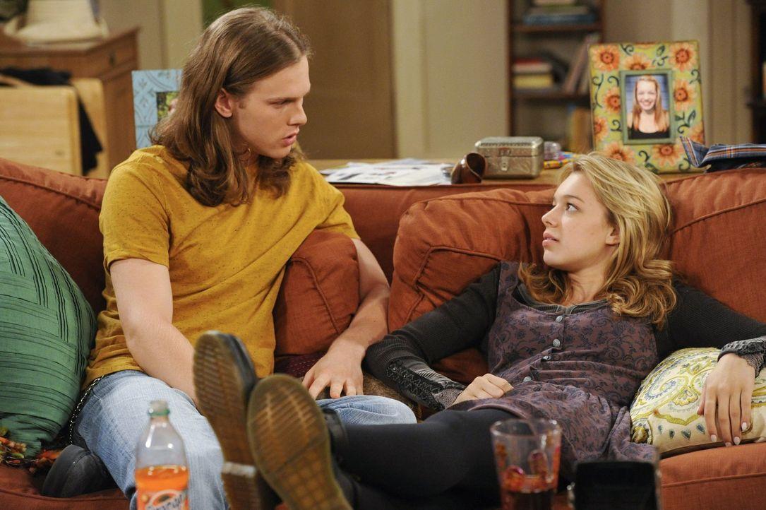 Seit Violet (Sadie Calvano, r.) schwanger ist, hat Luke (Spencer Daniels, l.) Angst, mit ihr zu schlafen, weil er fürchtet, er könne das Baby verlet... - Bildquelle: Warner Brothers Entertainment Inc.