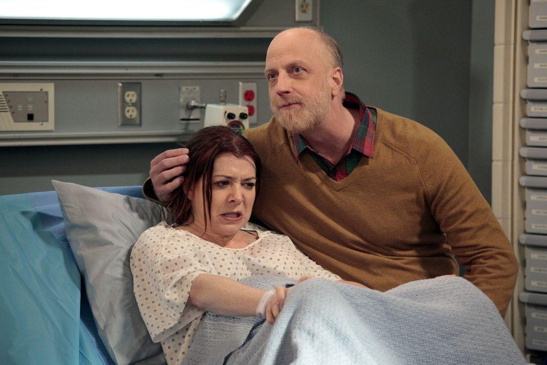Als Lily (Alyson Hannigan, l.) im Krankenhaus liegt, werden die Wehen immer heftiger, und sie gerät in Panik, weil Marshall immer noch nicht da ist.... - Bildquelle: 20th Century Fox International Television