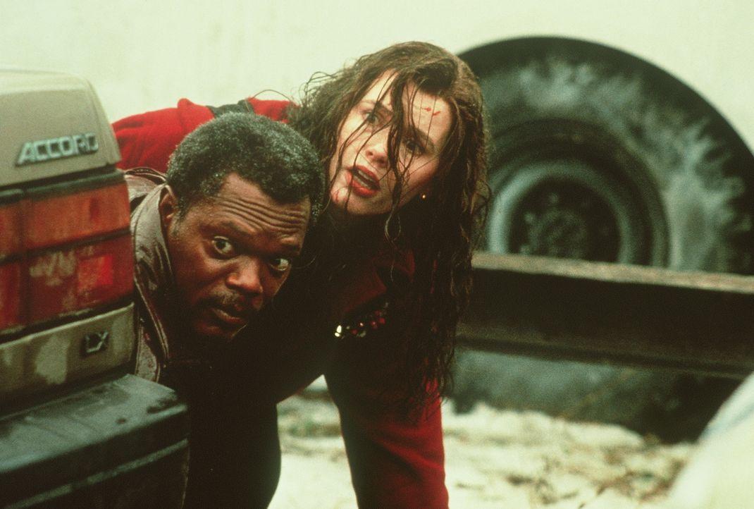 Beinahe bezahlen Mitch (Samuel L. Jackson, l.) und Charly (Geena Davis, r.) ihre Suche nach Charlys Vergangenheit mit dem Leben ... - Bildquelle: New Line Cinema