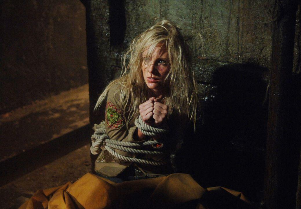 Im Lager des Formwandlers findet Dean Rebecca (Lisa Grabow), die ihm eine erschütternde Beobachtung erzählt ... - Bildquelle: Warner Bros. Television