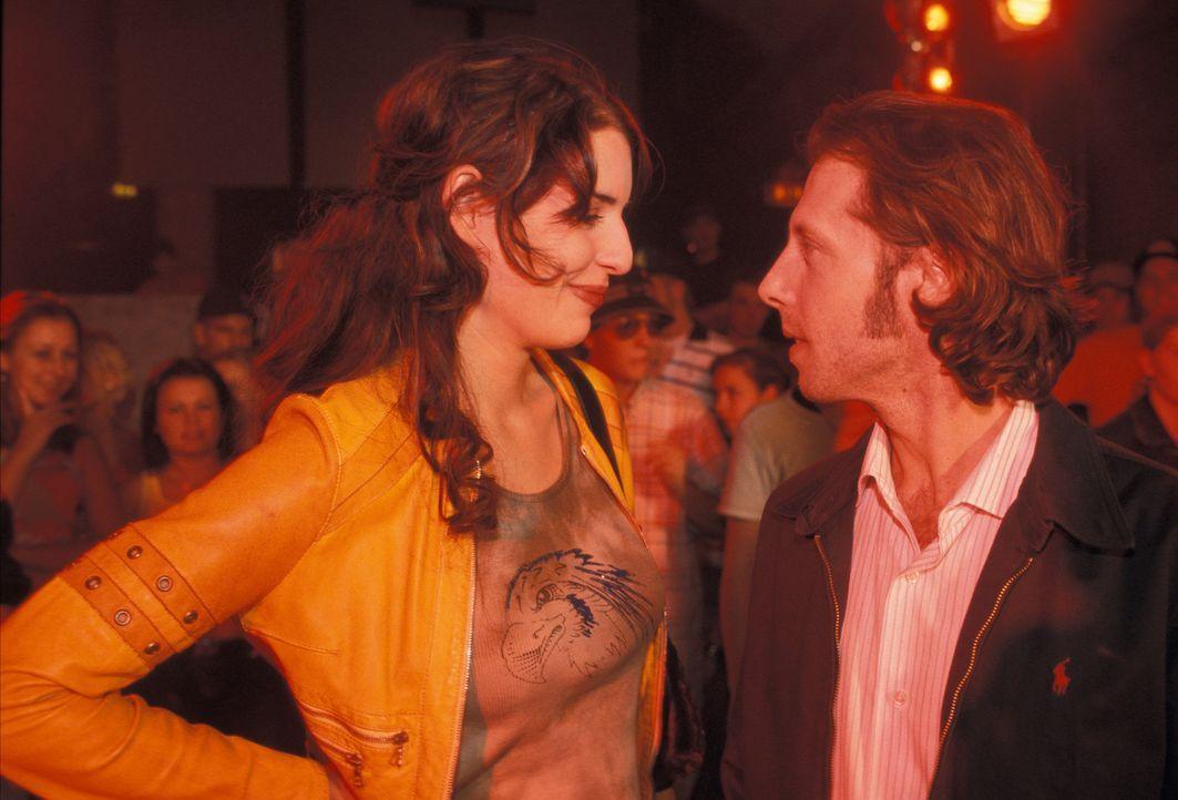 Als Patrick (Oliver Korittke, r.) zufällig seine Kindheitsgespielin Lydia (Elena Uhlig, l.) wiedersieht, kommen verlorengeglaubte Gefühle auf ... - Bildquelle: ProSieben