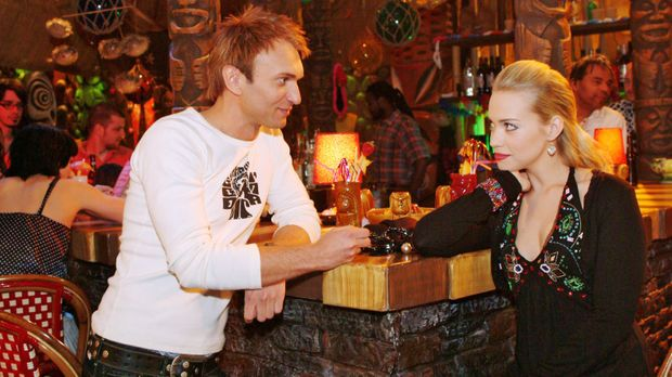 Marc (Jean-Marc Birkholz, l.) macht Kim (Lara-Isabelle Rentinck, r.) eindeuti...