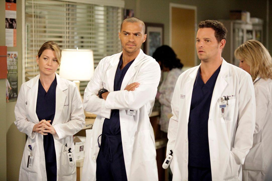 Während Meredith (Ellen Pompeo, l.) und Alex (Justin Chambers, r.) mit Problemen kämpfen müssen, setzten Jackson (Jesse Williams, M.) und April ihre... - Bildquelle: ABC Studios